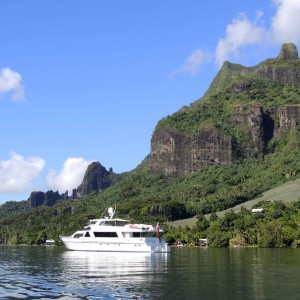 Cosmos Yacht at anchor in Moorea_Tahiti